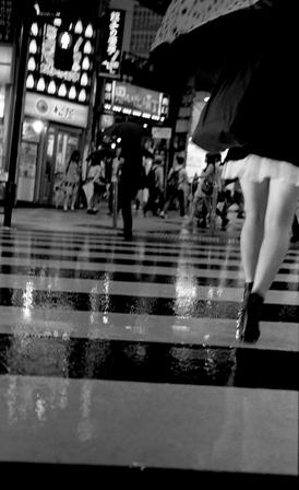 Chica cruzando-rafa-fernandez